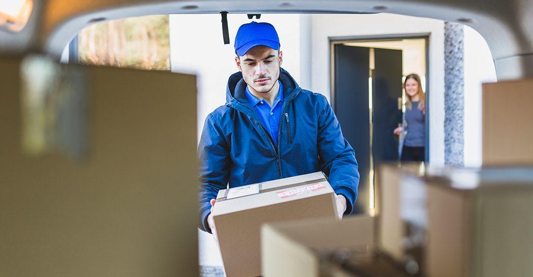 repartidor sacando paquete de la furgoneta